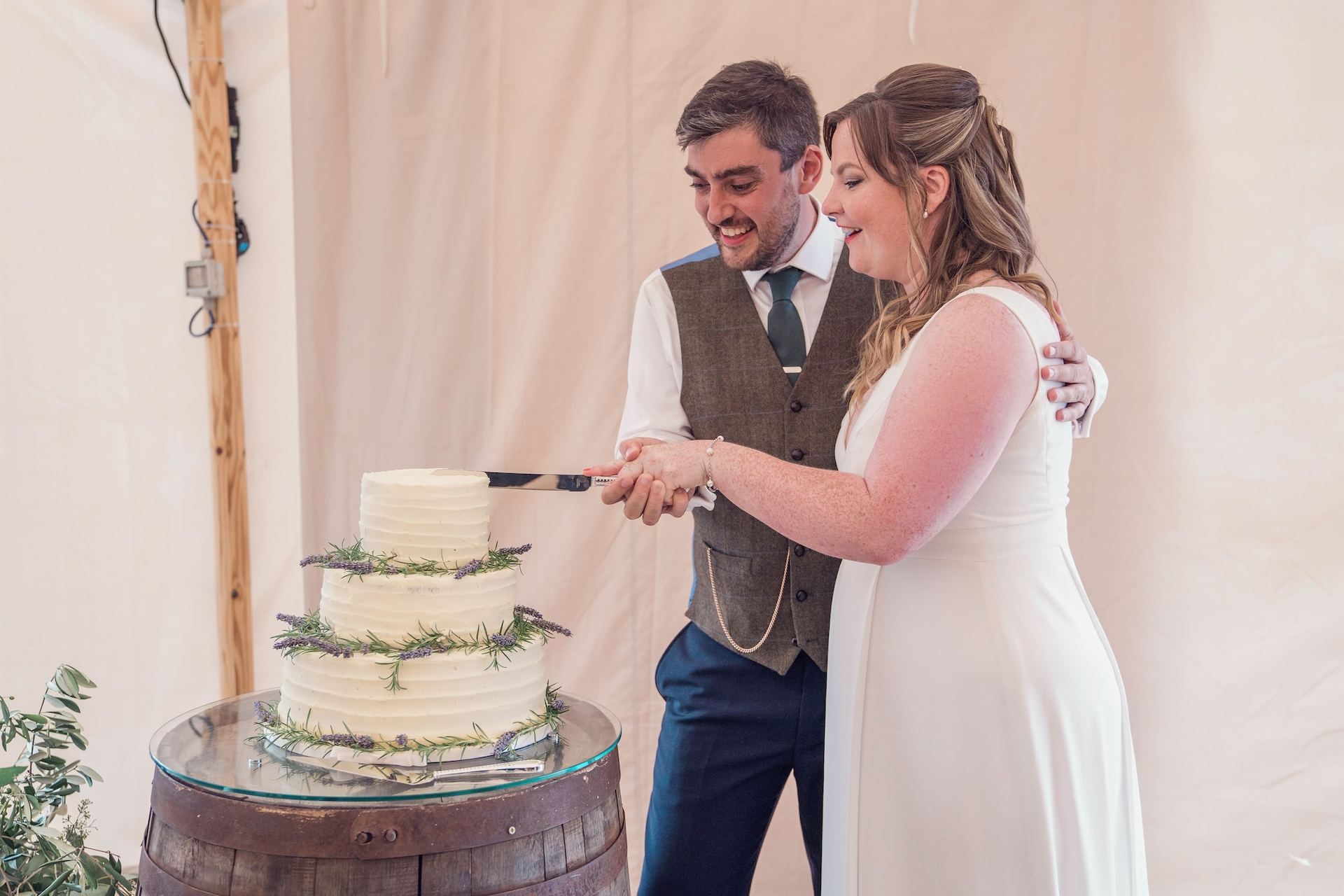 PapaKåta couple Louise & Alex's Sperry Wedding at Elford Hall Garden, Staffordshire captured by Jessica Raphael Photography- Cutting the cake
