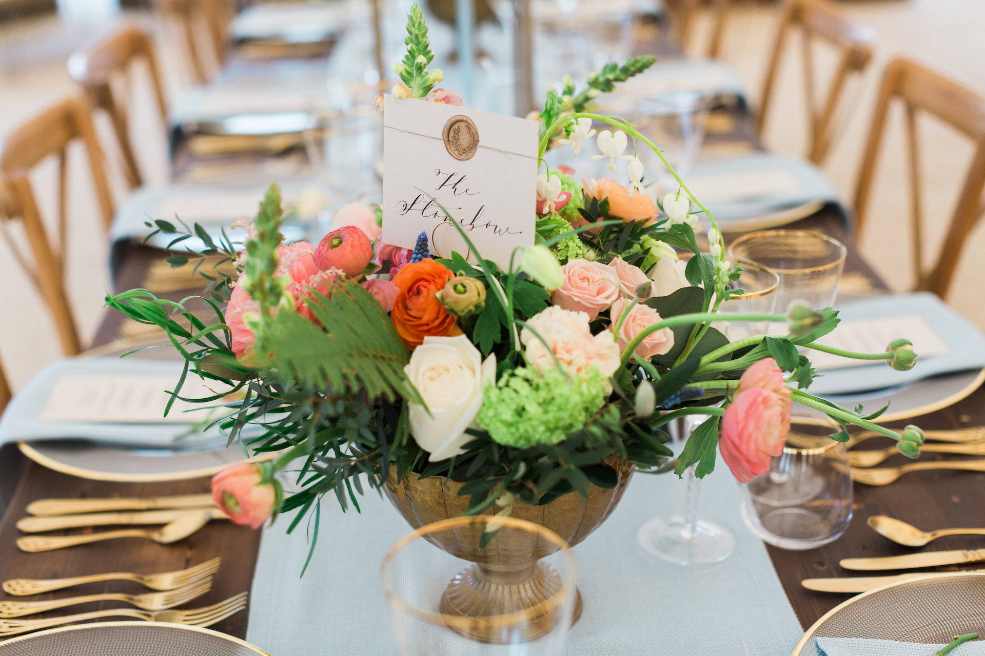 PapaKåta Spring Open Weekend Sperry Tent captured by Lucy Davenport Photography: Floral Centrepiece by Leafy Couture with Gold Crockery by Whitehouse Event Crockery
